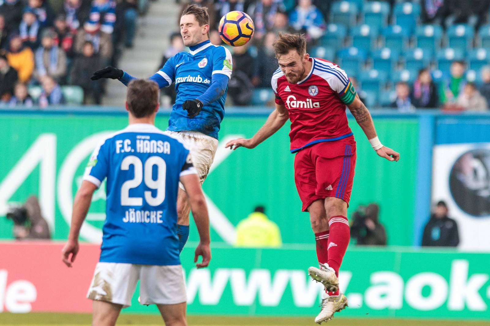Rafael Czichos (Kiel) und Stephan Andrist (Rostock) im Duell um den Ball