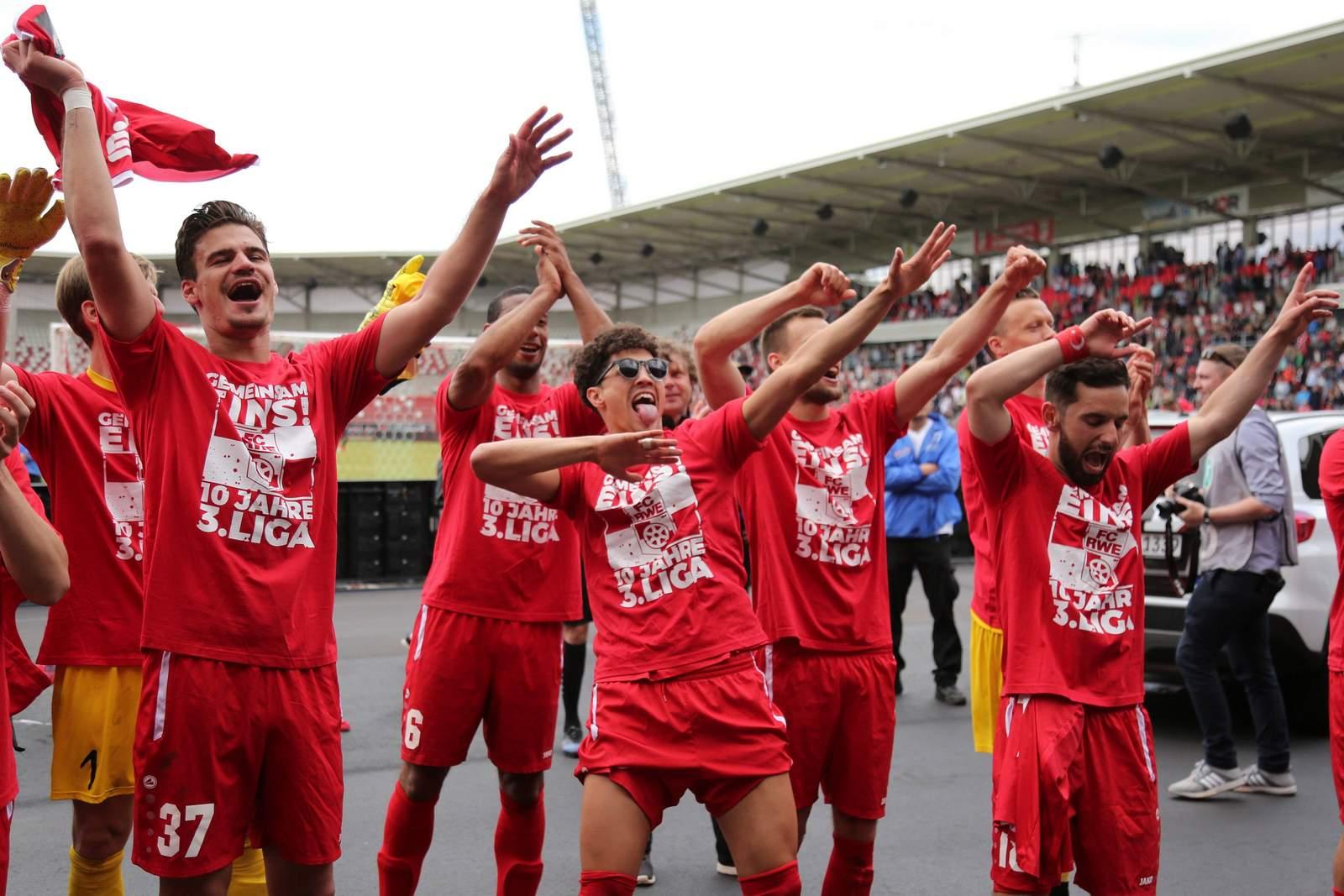 Spieler von RWE jubeln vor den Fans