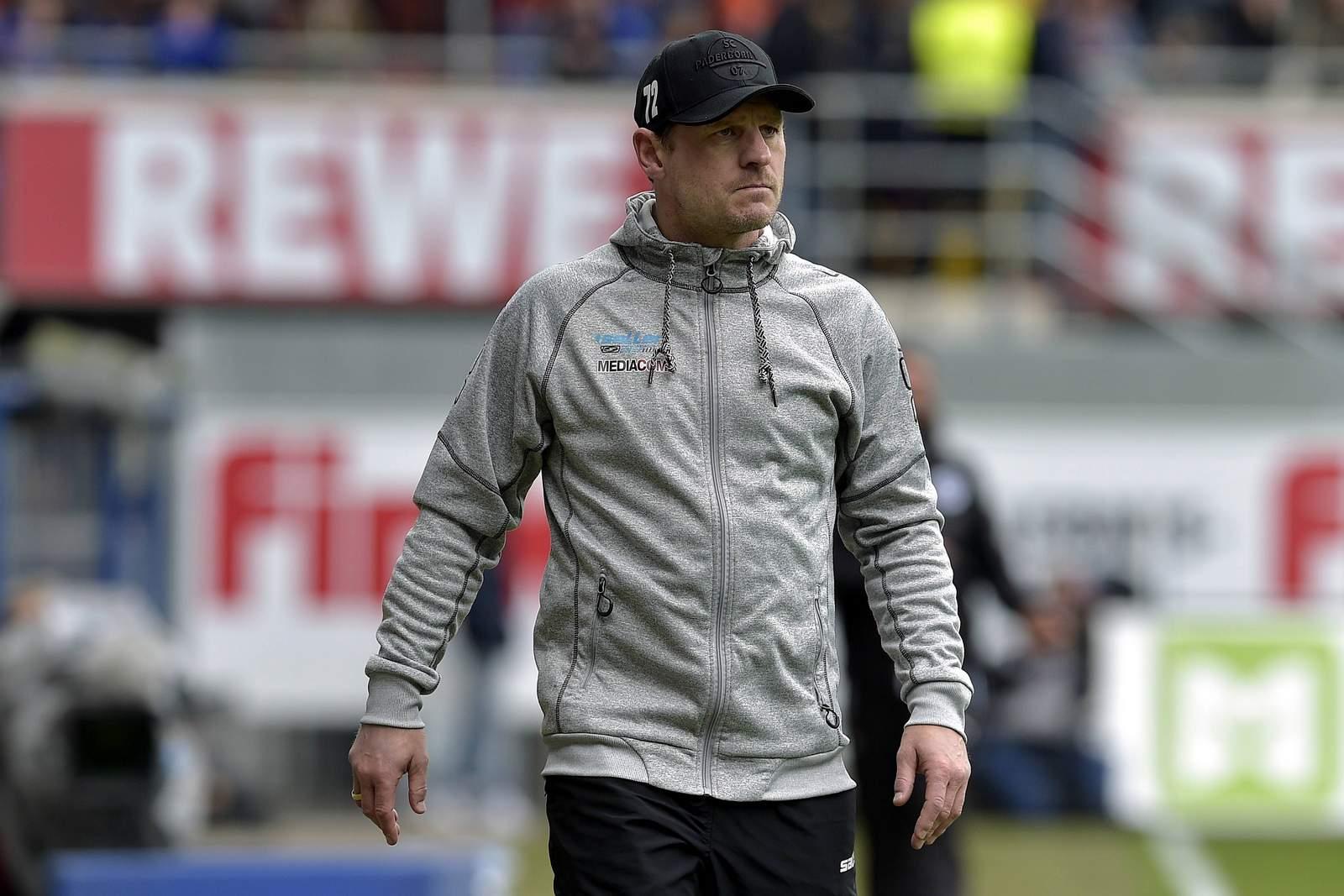 Steffen Baumgart steht für den SC Paderborn an der Seitenlinie.