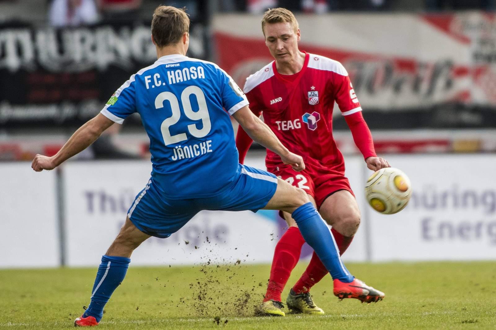 Tobias Jänicke (Rostock) und Christoph Menz (Erfurt) im Duell um den Ball.
