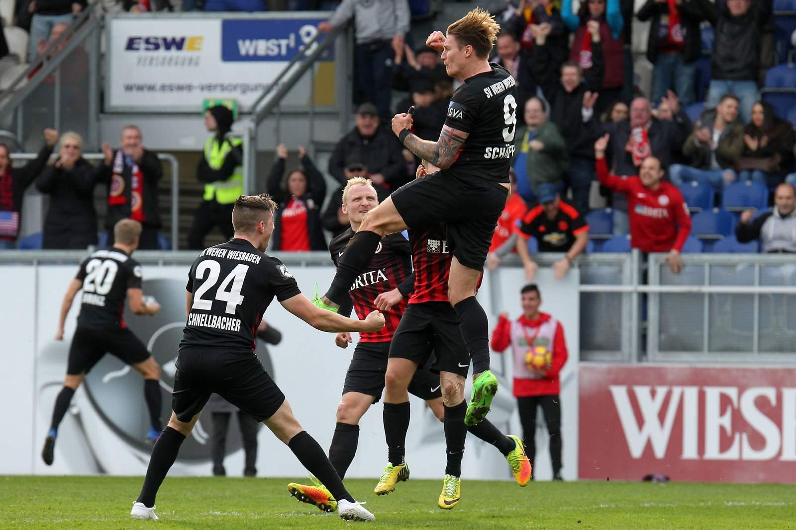 Das Team vom SV Wehen Wiesbaden freut sich.