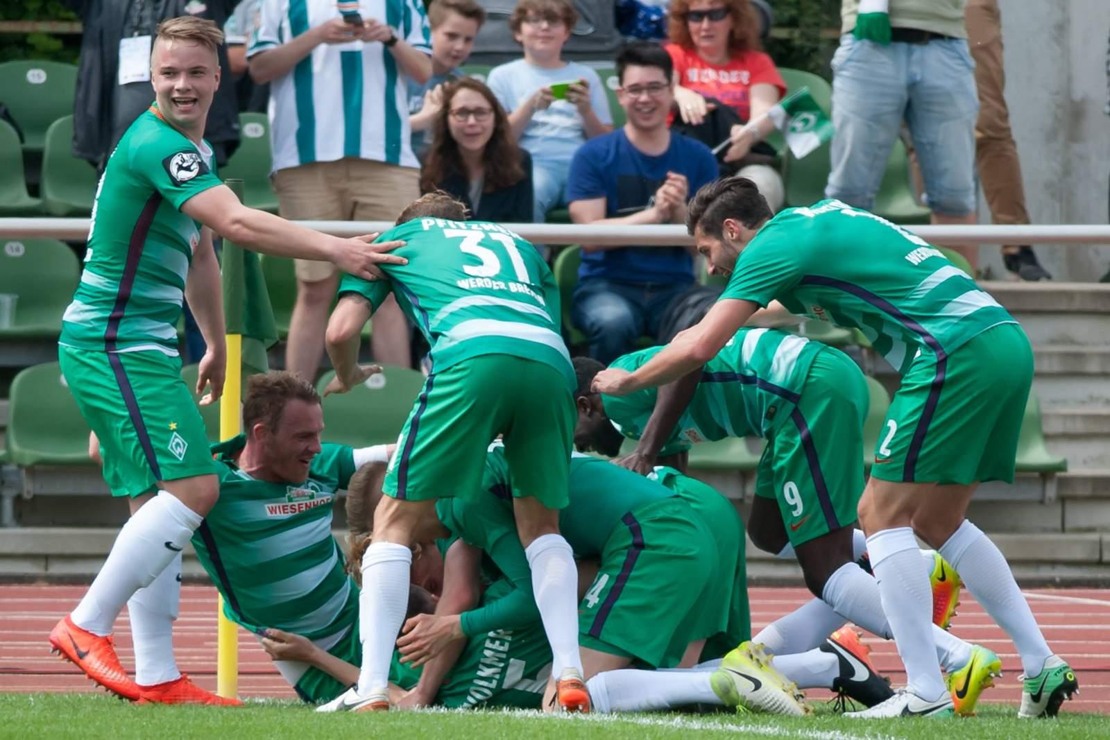 Spieler von Bremen II bilden eine Jubeltraube
