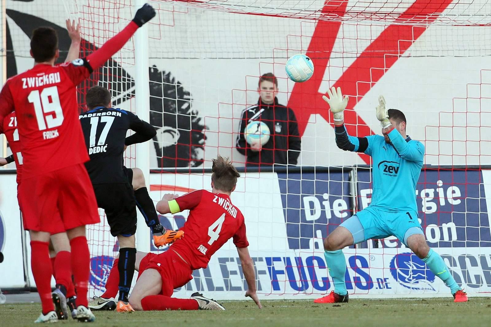 Zlatko Dedic (SC Paderborn) prüft FSV-Schlussmann Johannes Brinkies
