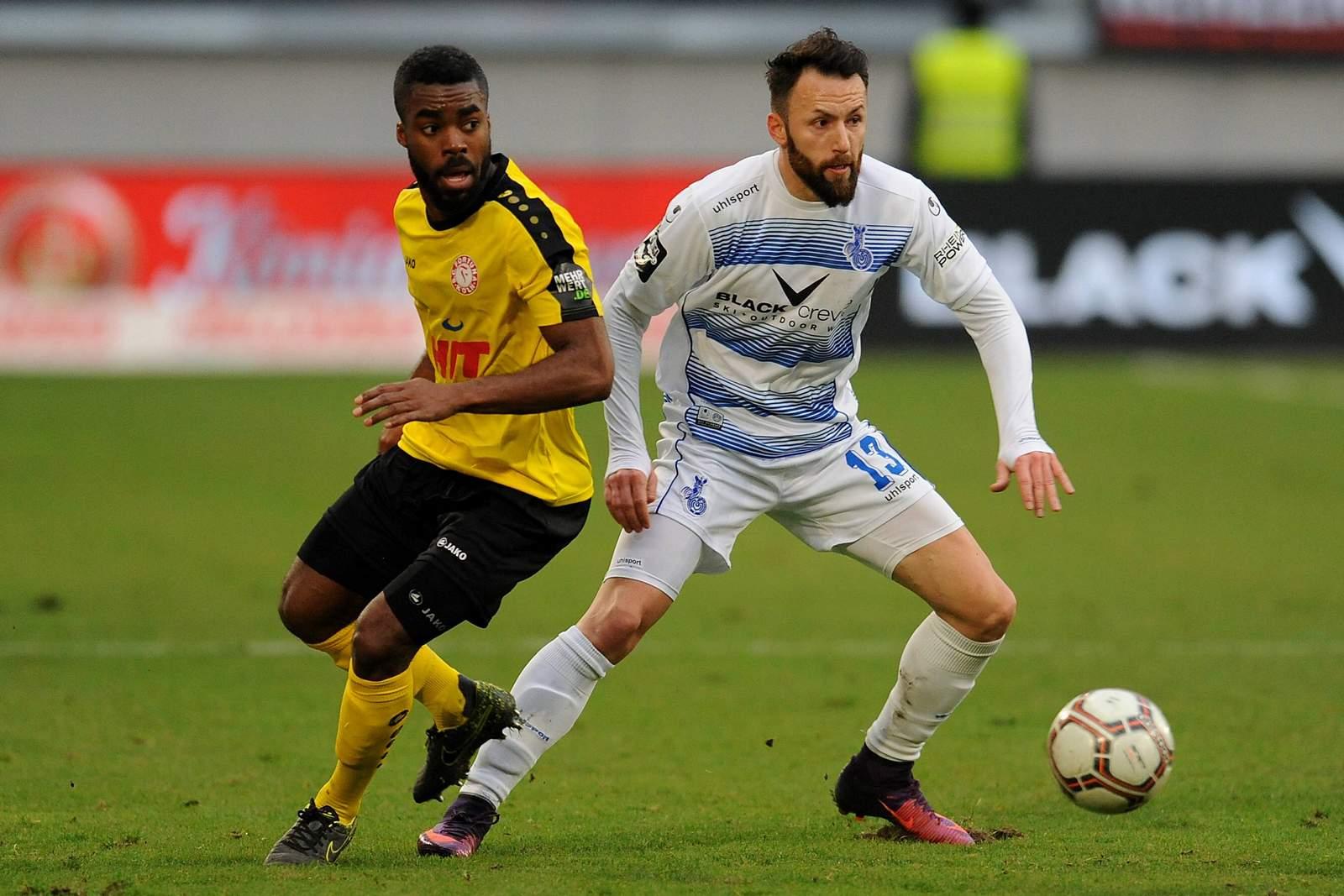 Zlatko Janjic (Duisburg) und Kusi Kwame (Fortuna Köln)
