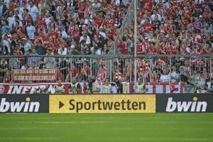 Bildnummer: 10473359  Datum: 28.04.2012  Copyright: imago/MIS 28.04.2012, Fussball 1.Bundesliga 2011/2012, 33.Spieltag, FC Bayern München, in der Allianz-Arena München, bwin Sportwetten Werbung an der Bande.; GER 2011 xns x1x 2012 quer Fussball Soccer Football Herren Männer Fußball saison 2011 / 2012 2011/2012 11/12 Deutschland 1.Liga Liga1  o0 totale Fan  Image number 10473359 date 28 04 2012 Copyright imago MIS 28 04 2012 Football 1 Bundesliga 2011 2012 33 Matchday FC Bavaria Munich in the Alliance Arena Munich bwin Sports betting Advertising to the Ties ger 2011 xns x1x 2012 horizontal Football Soccer Football men Men Football Season 2011 2012 2011 2012 11 12 Germany 1 League  o0 long shot supporter