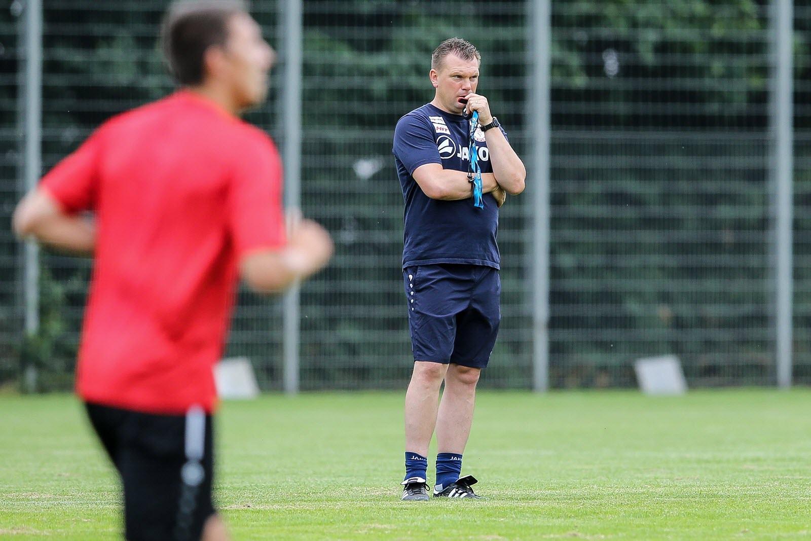 Uwe Koschinat beobachtet aufmerksam das Training von Fortuna Köln