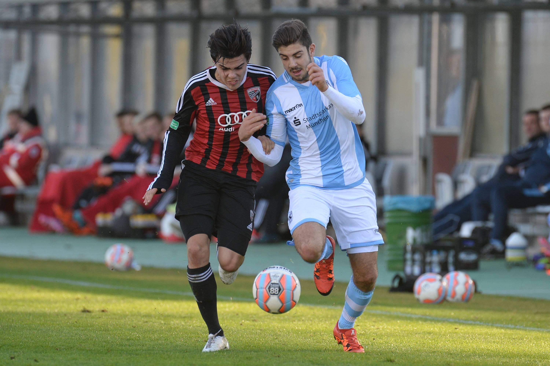 Mateo Restrepo Mejia (FC Ingolstadt 04, 2) im Duell mit Moritz Heinrich (TSV 1860 München, 11)