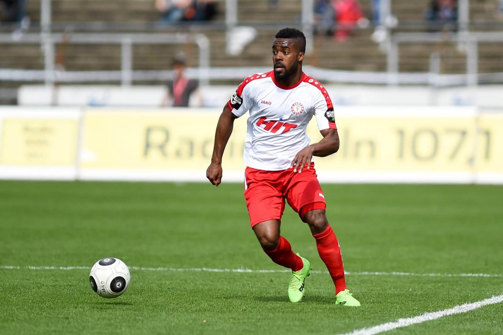 Kusi Kwame im Trikot von Fortuna Köln am Ball