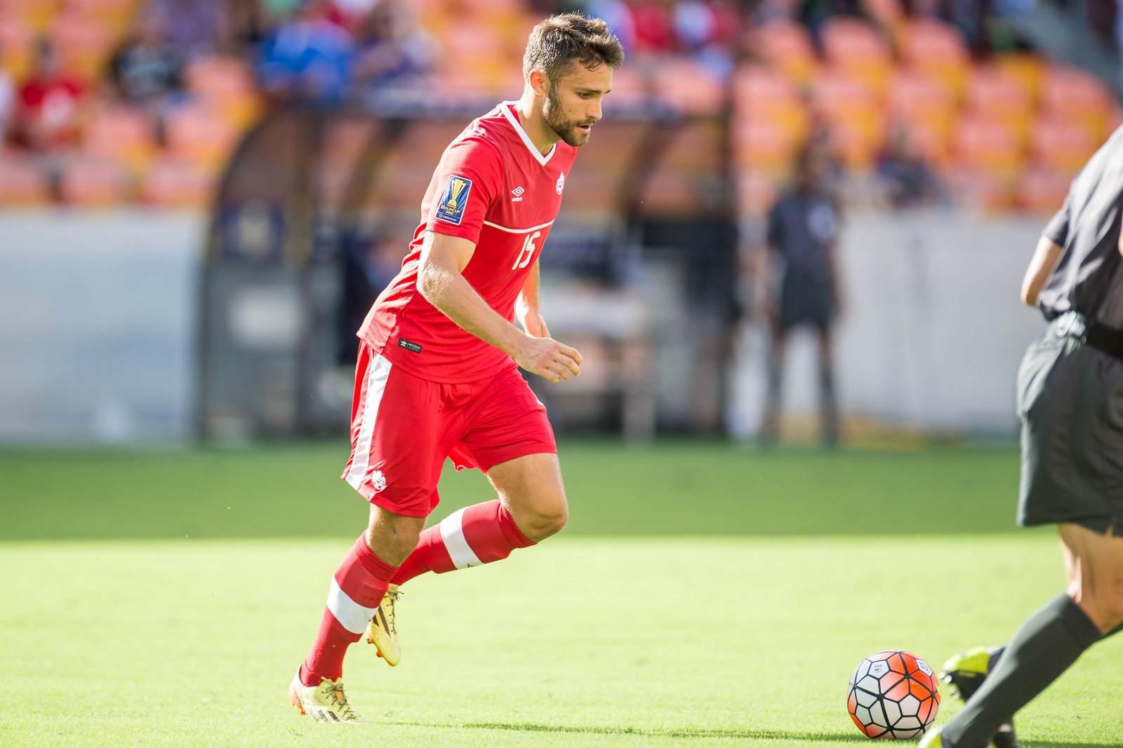 Adam Straith für die Nationalmannschaft Kanadas am Ball
