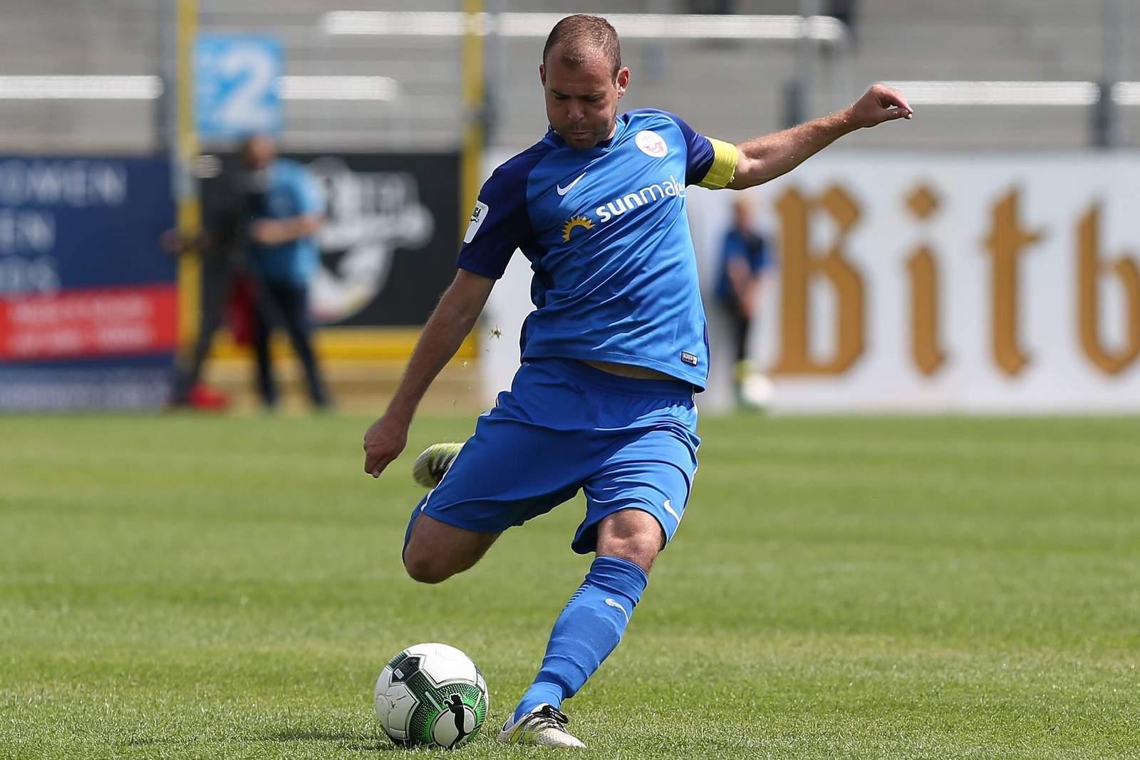 Amaury Bischoff vom FC Hansa Rostock beim Schuss. Das Sportgericht des DFB sperrte ihn für drei Spiele.