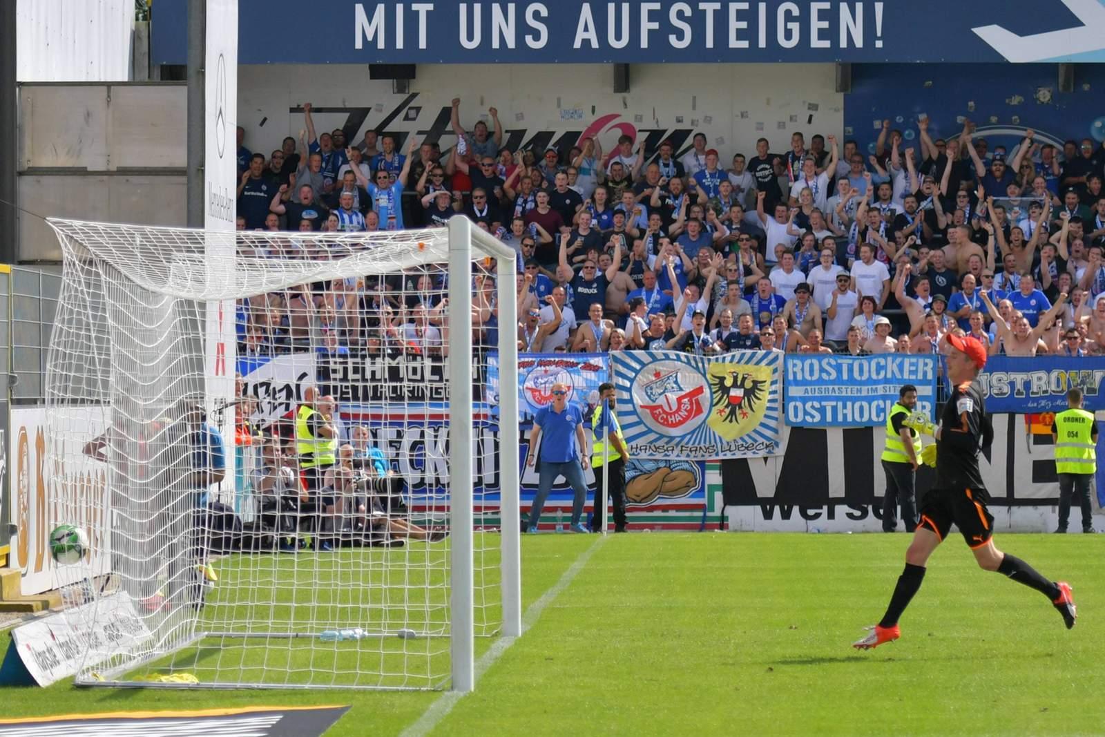 Bryan Henning von Hansa Rostock mit Tor von der Mittellinie gegen Lotte