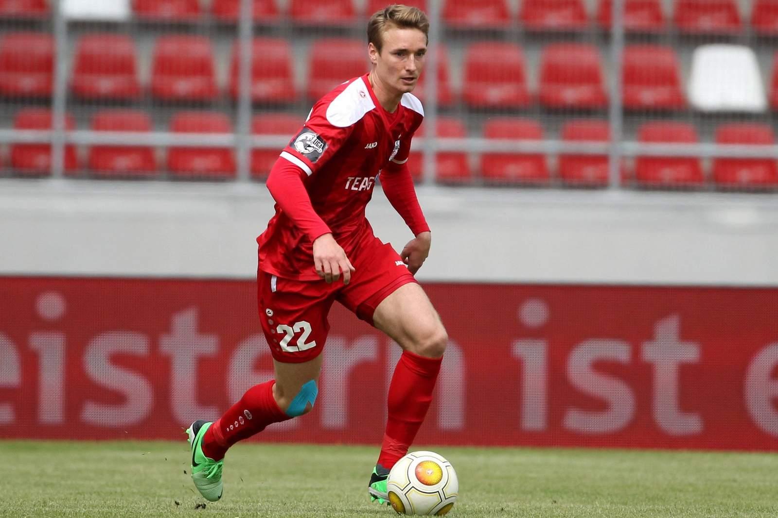 Christoph Menz am Ball für Rot-Weiß Erfurt