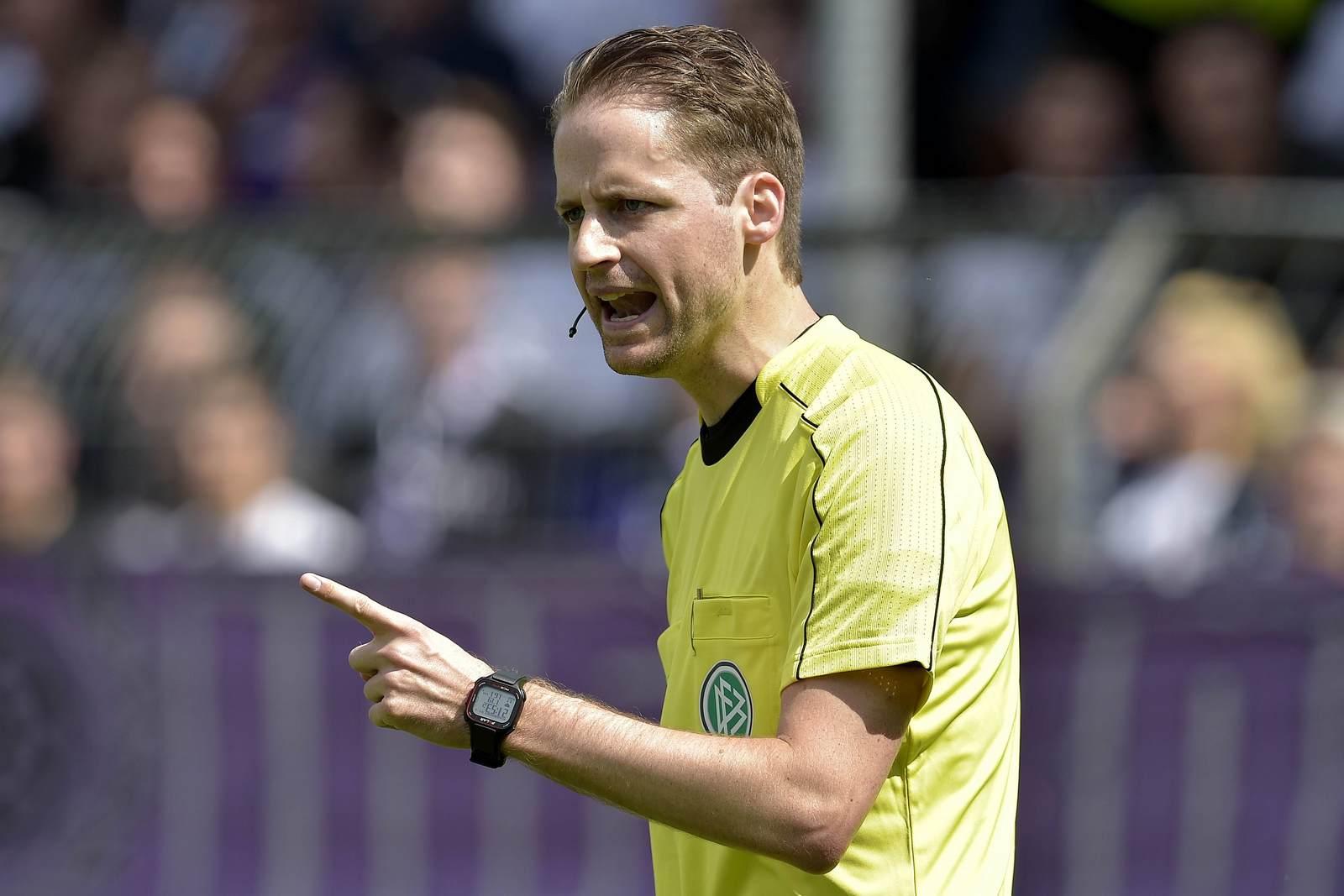 Schiedsrichter Dr. Martin Thomsen leitet am sechsten Spieltag der dritten Liga die Partie Paderborn gegen Meppen