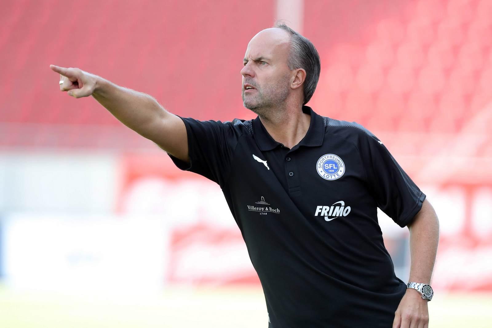Marc Fascher von den Sportfreunden Lotte dirigiert seine Mannschaft.