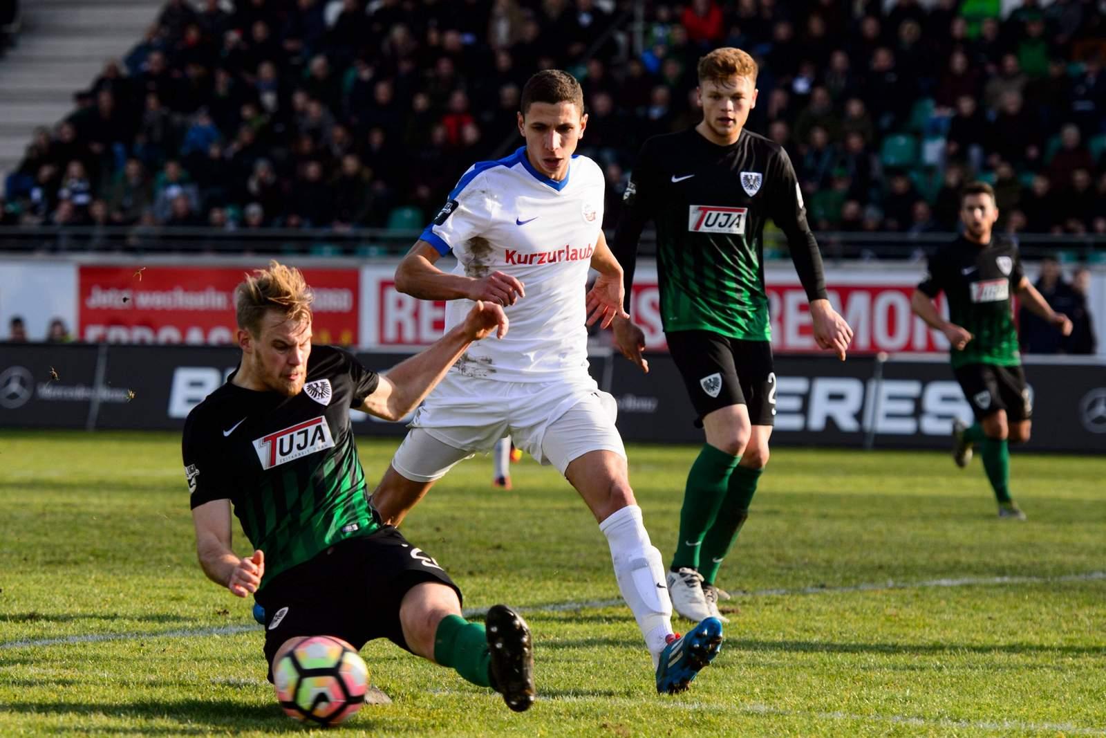 Sebastian Mai und Soufian Benyamina im Duell. Am Sonntag stehen sich der FCH und der SCP erneut gegenüber. Jetzt auf das Spiel Rostock gegen Münster wetten