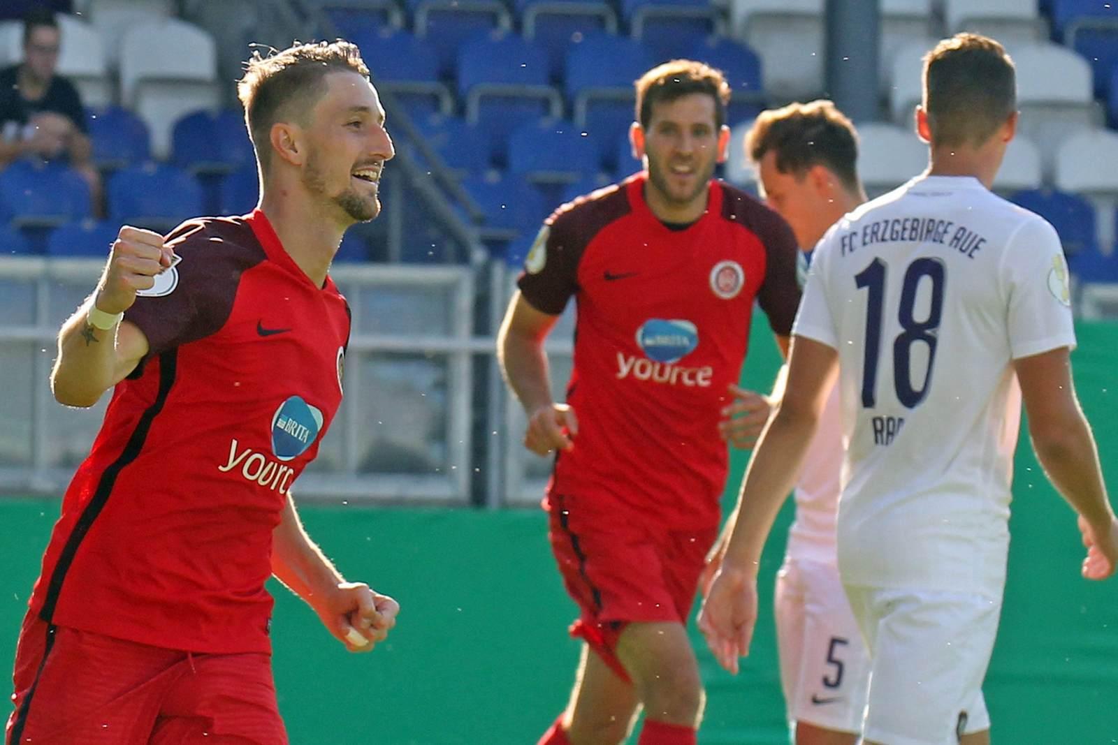 Stephan Andrist vom SV Wehen Wiesbaden jubelt nach seinen Treffer gegen Erzgebirge Aue