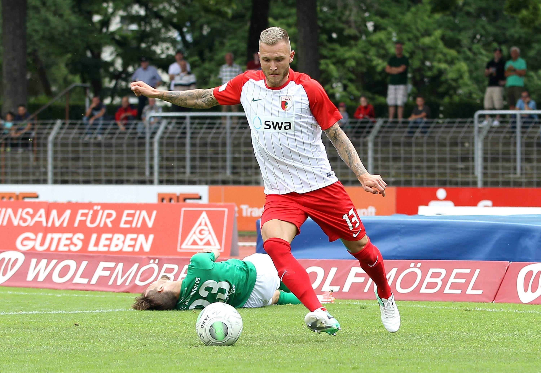 Tim Rieder am Ball für den FC Augsburg II. Wechselt er nach Halle?