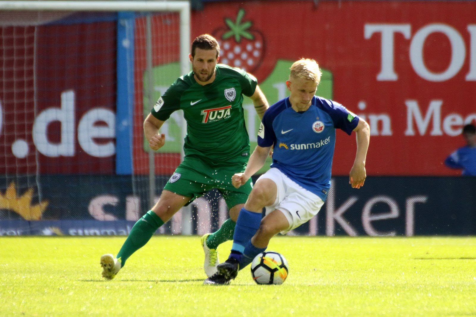 Bryan Henning am Ball für Hansa Rostock