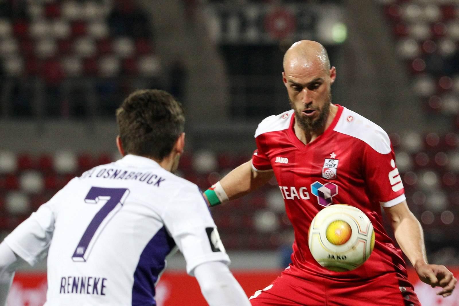 Daniel Brückner von Rot Weiß Erfurt im Duell mit Bashkim Renneke vom VfL Osnabrück