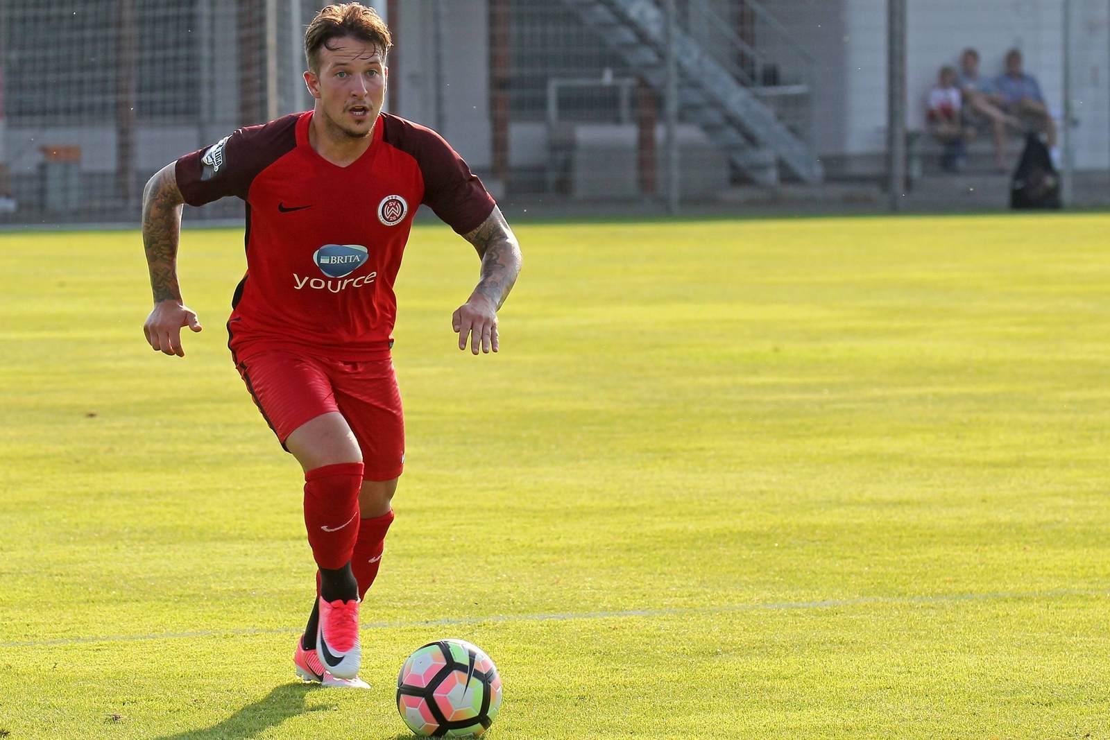 Moritz Kuhn am Ball für den SV Wehen Wiesbaden