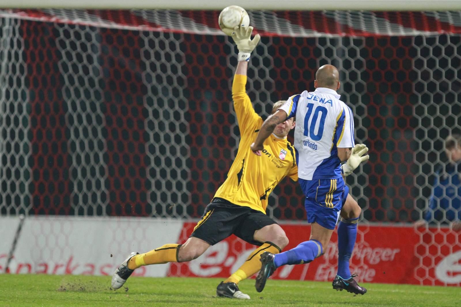 Orlando Smeekes erzielt ein Tor für den FCC gegen Dirk Orlishausen und Rot Weiß Erfurt. Jetzt steht erneut ein Thüringen Derby vor der Tür.