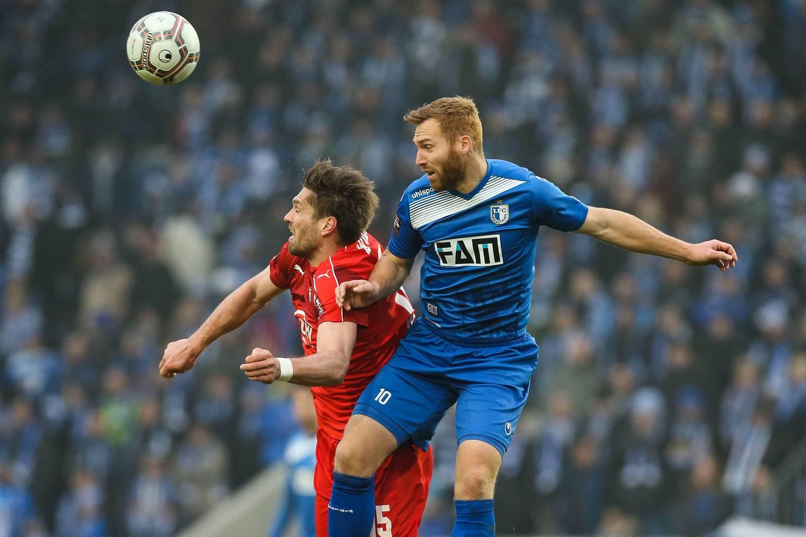 Zwickaus Ronny König im Duell mit Nico Hammann vom 1. FC Magdeburg. Jetzt auf die Partie Zwickau gegen Magdeburg wetten