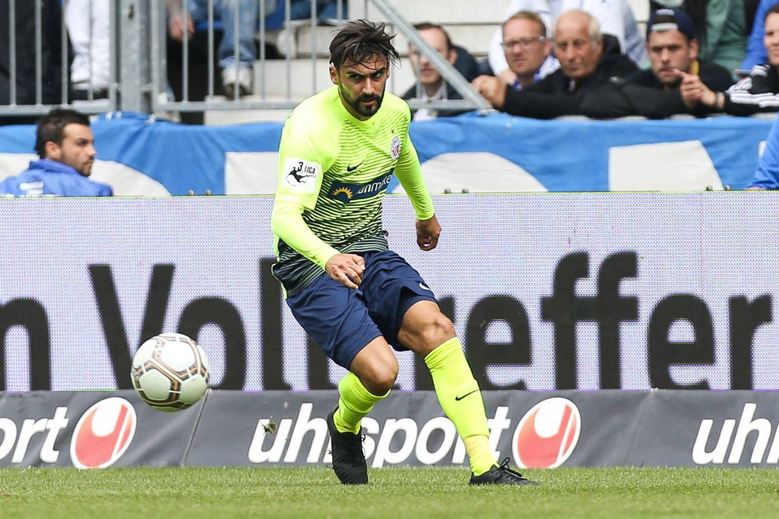 Selcuk Alibaz am Ball für Hansa Rostock.
