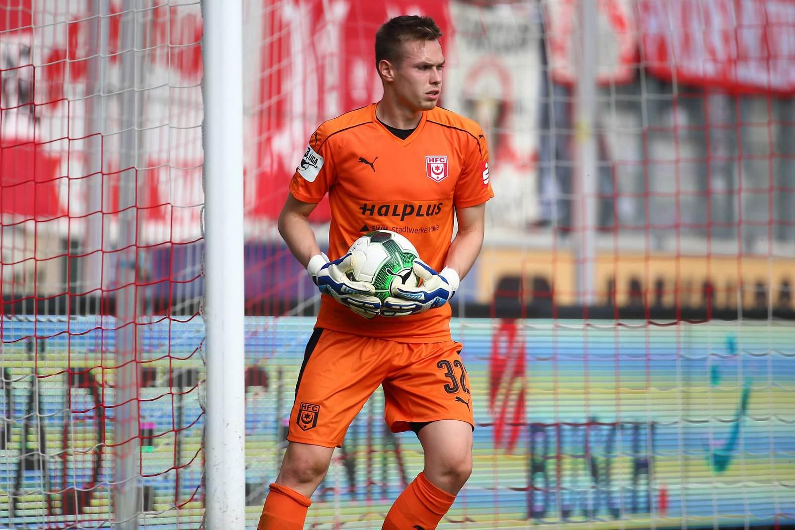 Tom Müller vom Halleschen FC beim Abwurf