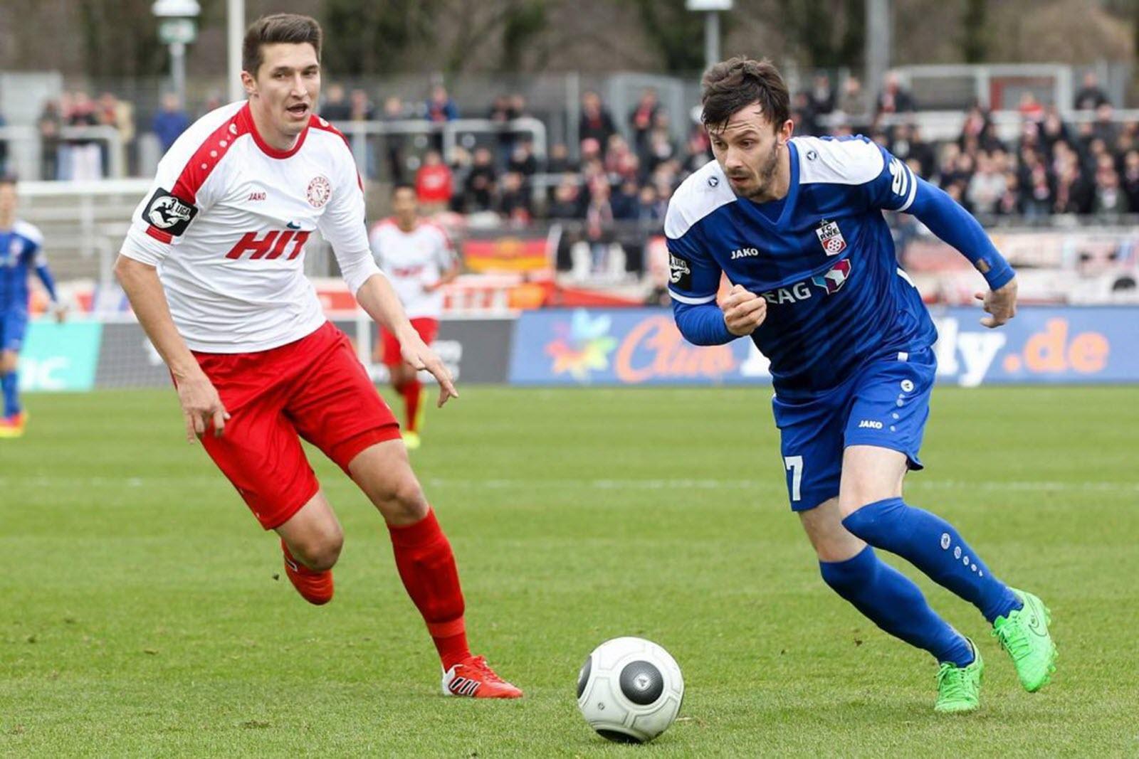 Carsten Kammlott im Duell mit Markus Pazurek. Jetzt auf die Partie Fortuna Köln gegen RW Erfurt wetten