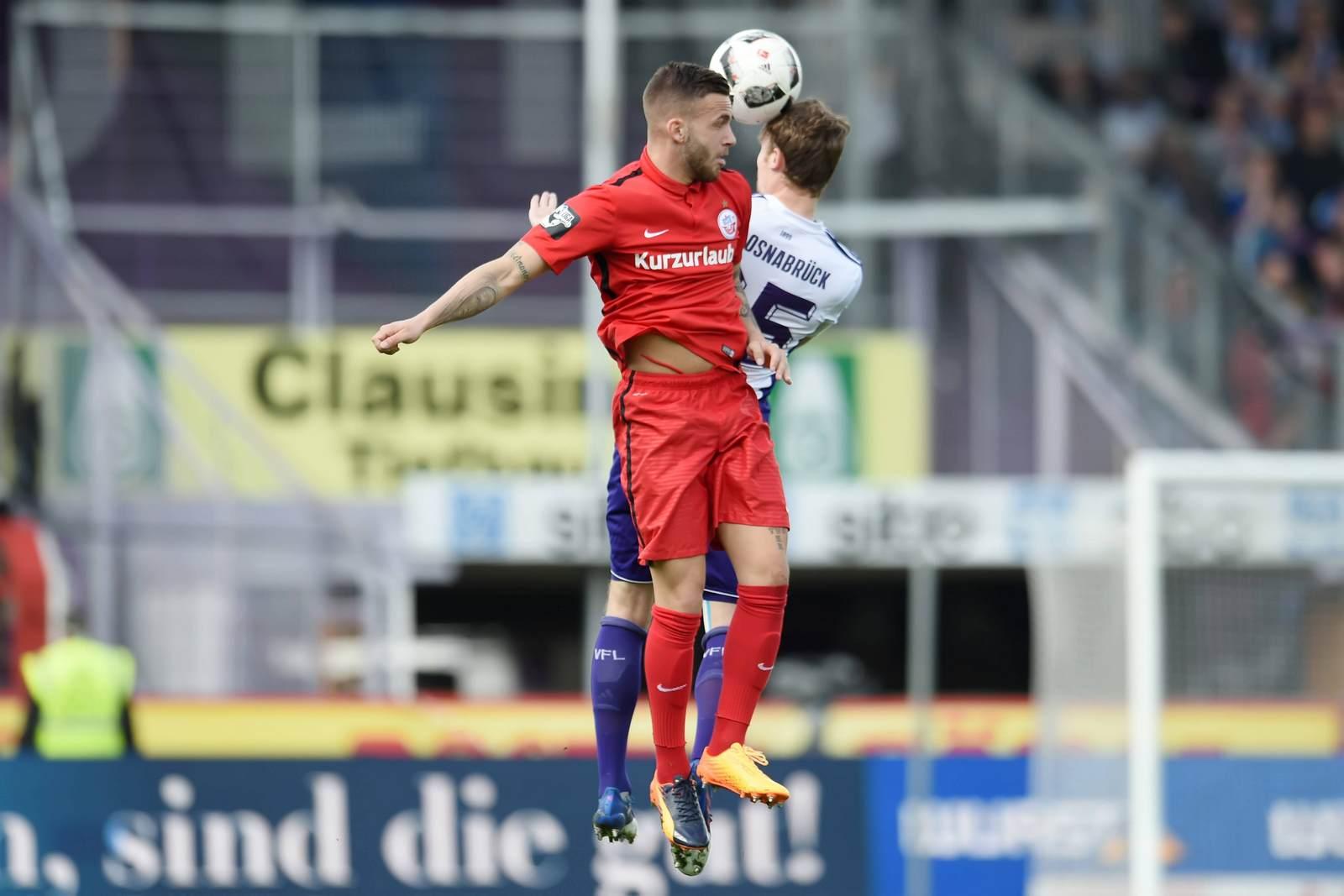 Christian Groß und Fabian Holthaus im Duell. Jetzt auf die Partie Rostock gegen Osnabrück wetten
