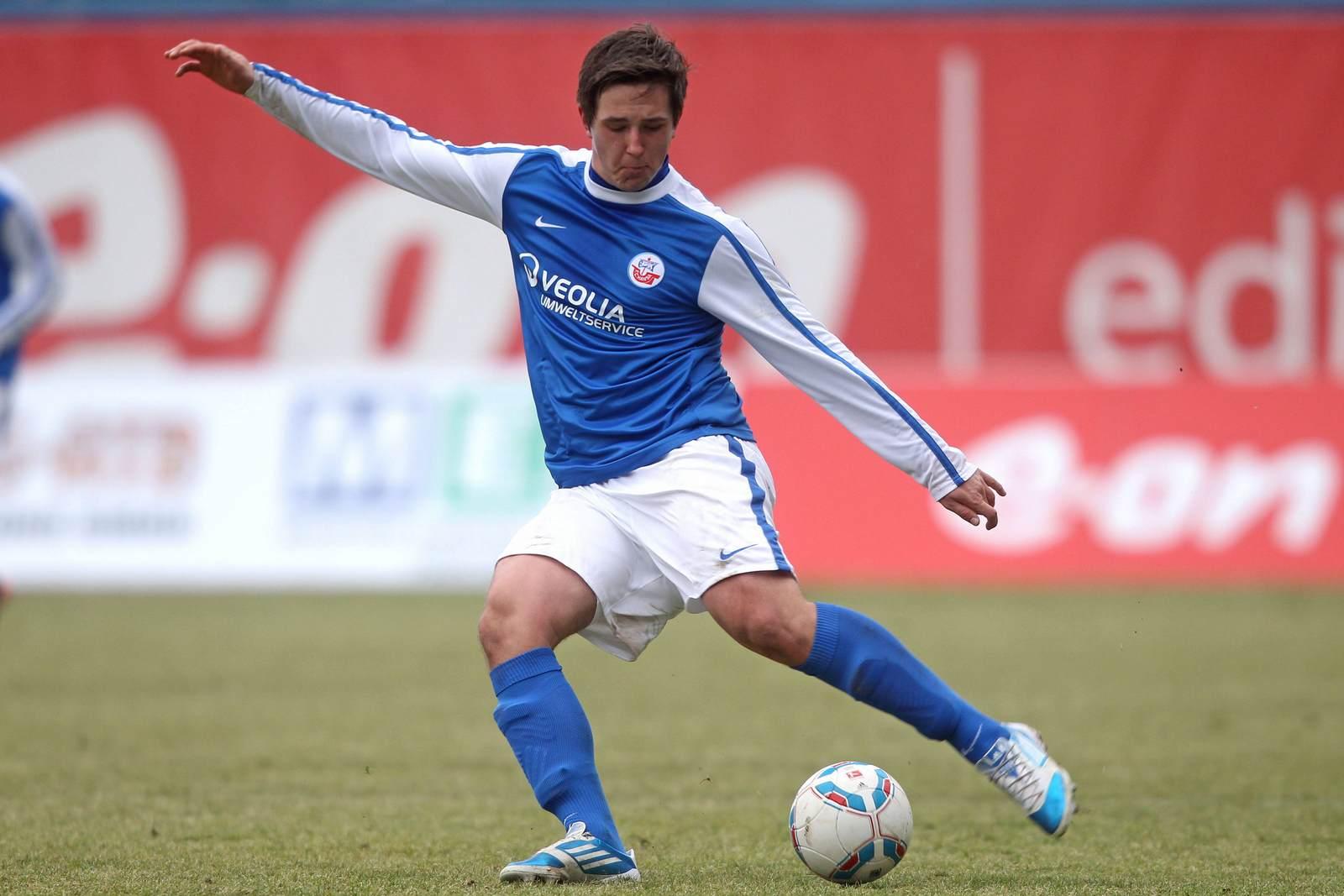 Kevin Pannewitz am Ball für Hansa Rostock.
