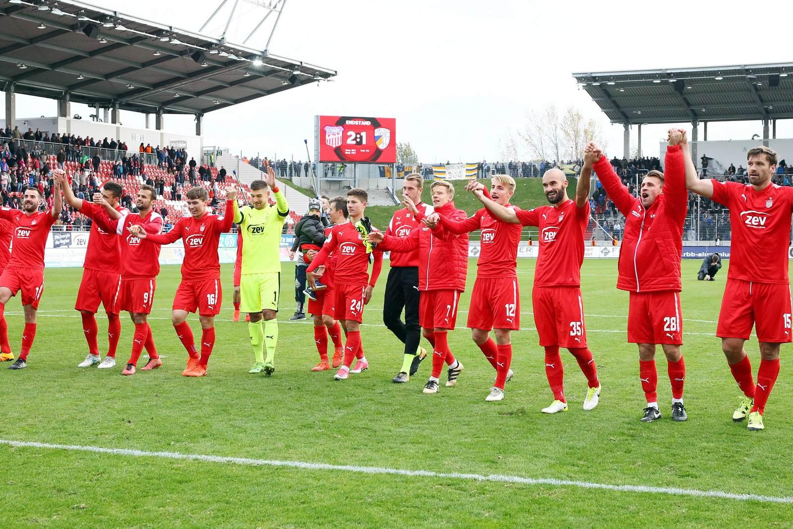 Die Mannschaft des FSV Zwickau feiert vor den Fans.