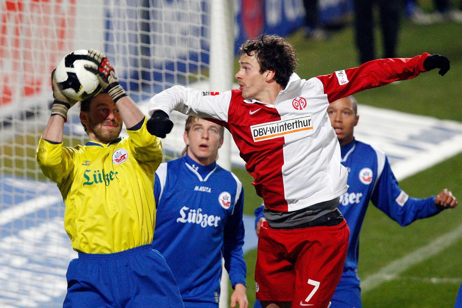 Jörg Hahnel (Hansa Rostock) im Duell mit einem Gegenspieler