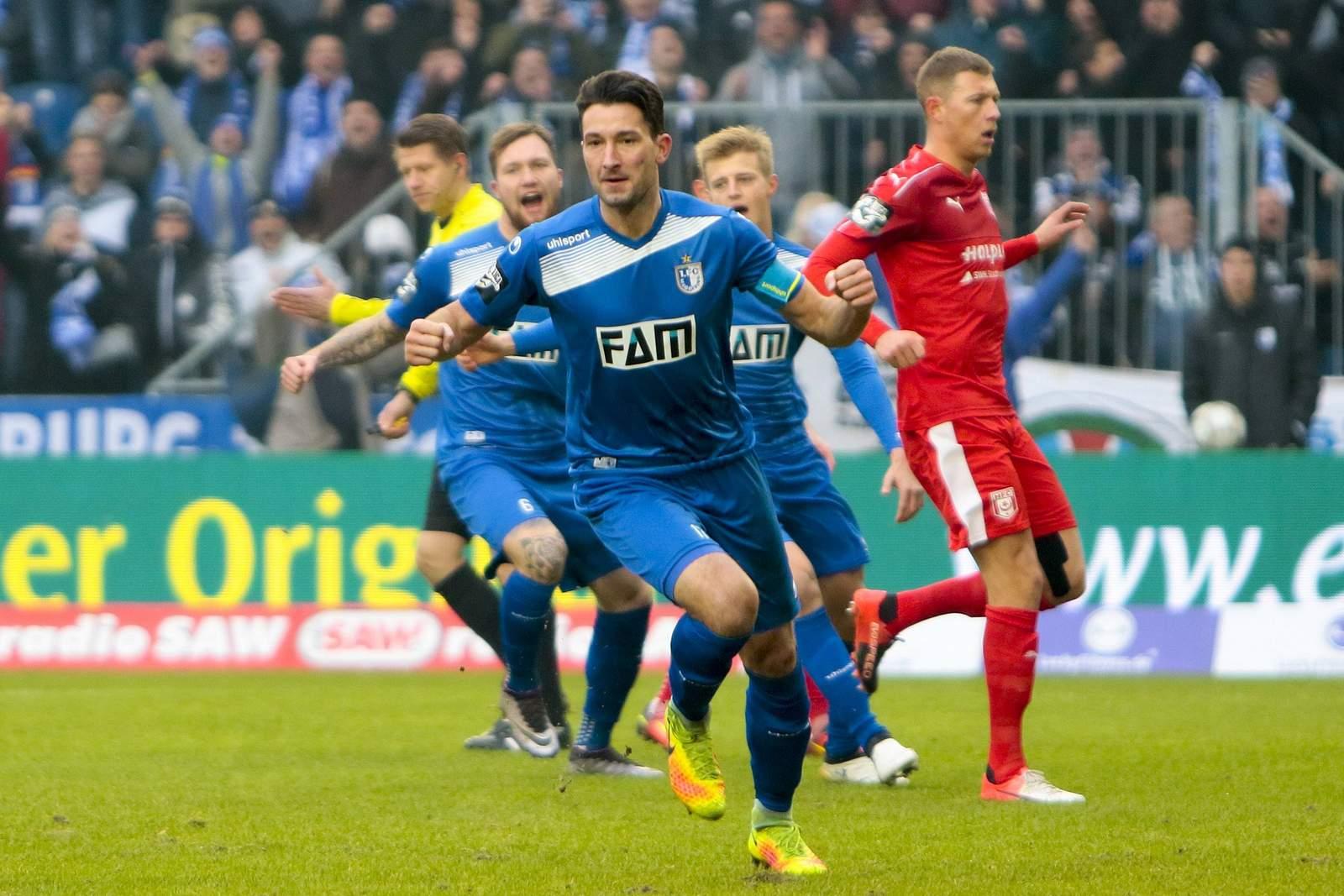 Marius Sowislo jubelt nach seinem Tor. Jetzt auf Magdeburg vs Halle wetten!