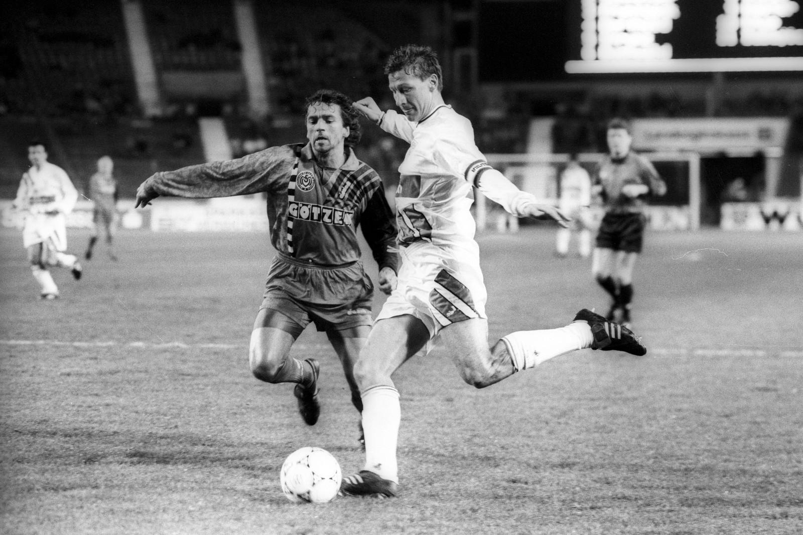 Oliver Westerbeek (MSV Duisburg) im Duell mit Guido Buchwald (VfB Stuttgart)