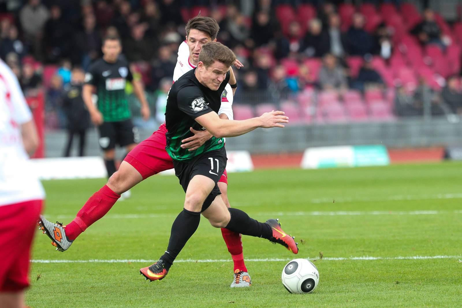 Tobias Rühle im Duell mit Markus Pazurek. Jetzt auf die Partie Münster gegen Fortuna Köln wetten