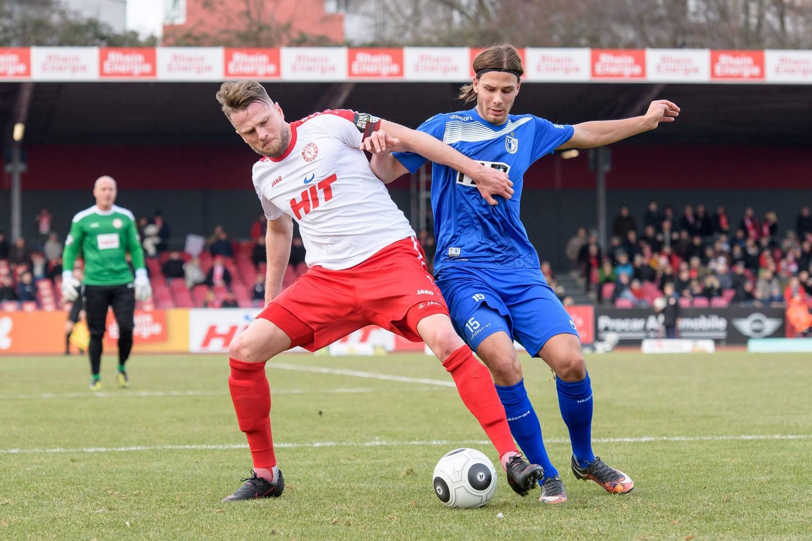 Tobias Schwede im Duell mit Kölns Daniel Flottmann. Jetzt auf Fortuna Köln vs Magdeburg wetten!