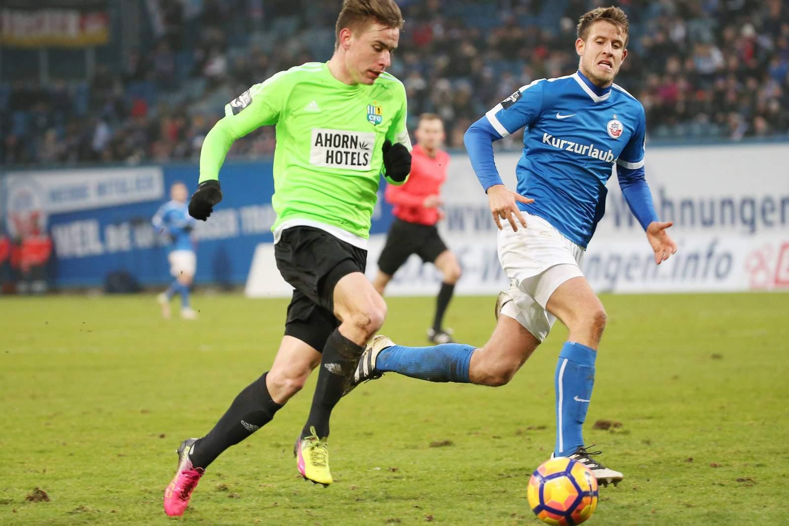 Florian Hansch im Duell mit Tommy Grupe. Jetzt auf die Partie Rostock gegen Chemnitz wetten