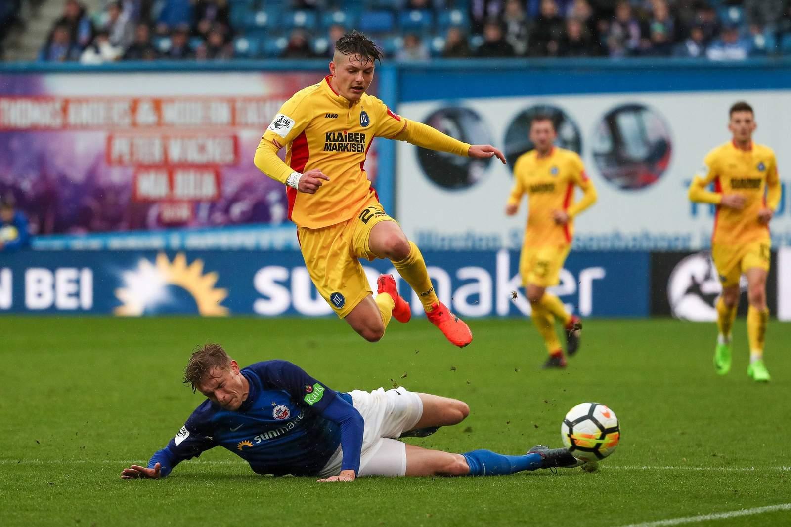 Florent Muslija gegen Oliver Hüsing. Jetzt auf die Partie KSC gegen Rostock wetten.