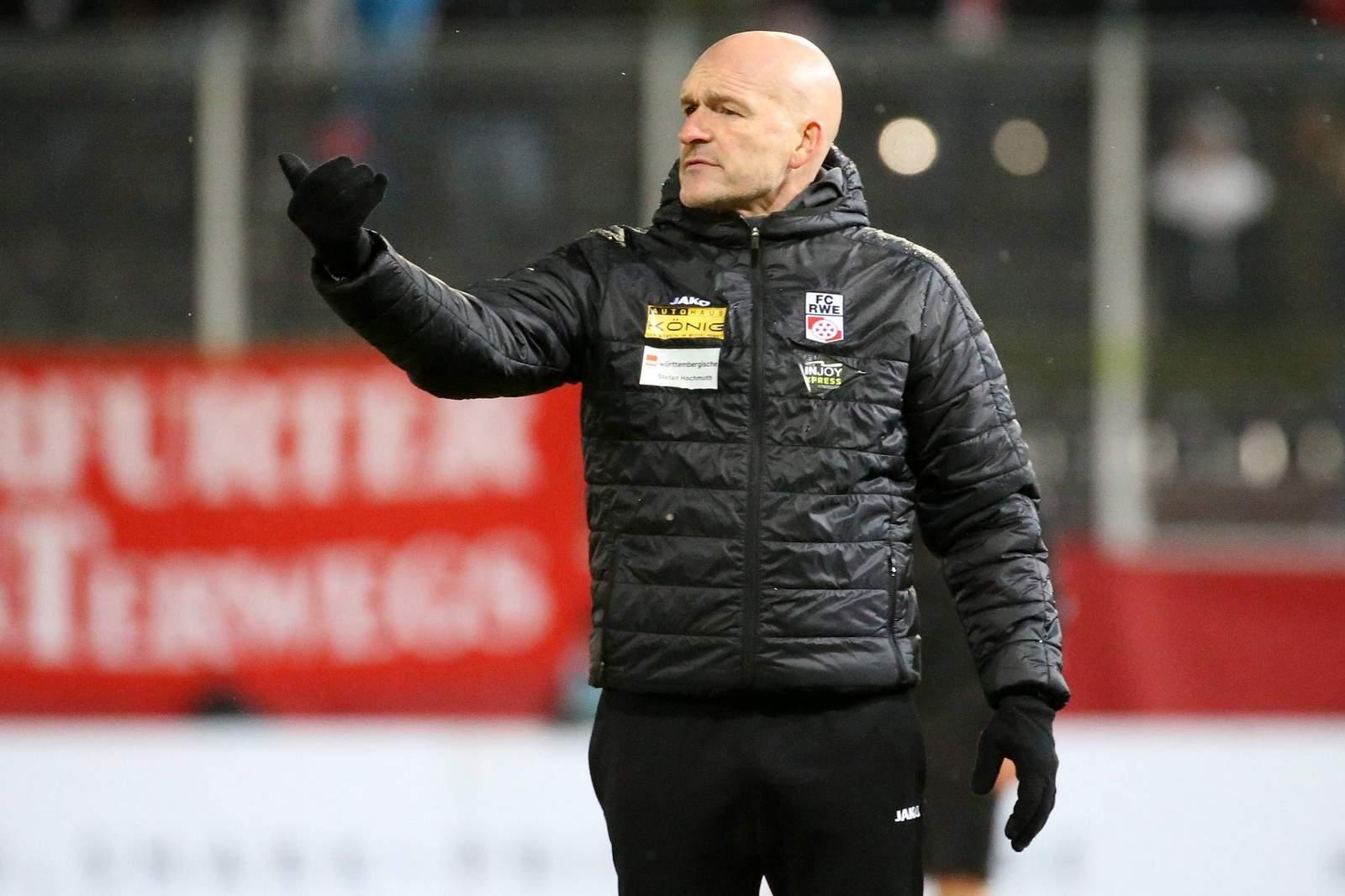Stefan Emmerling am Seitenrand beim Erfurt Spiel