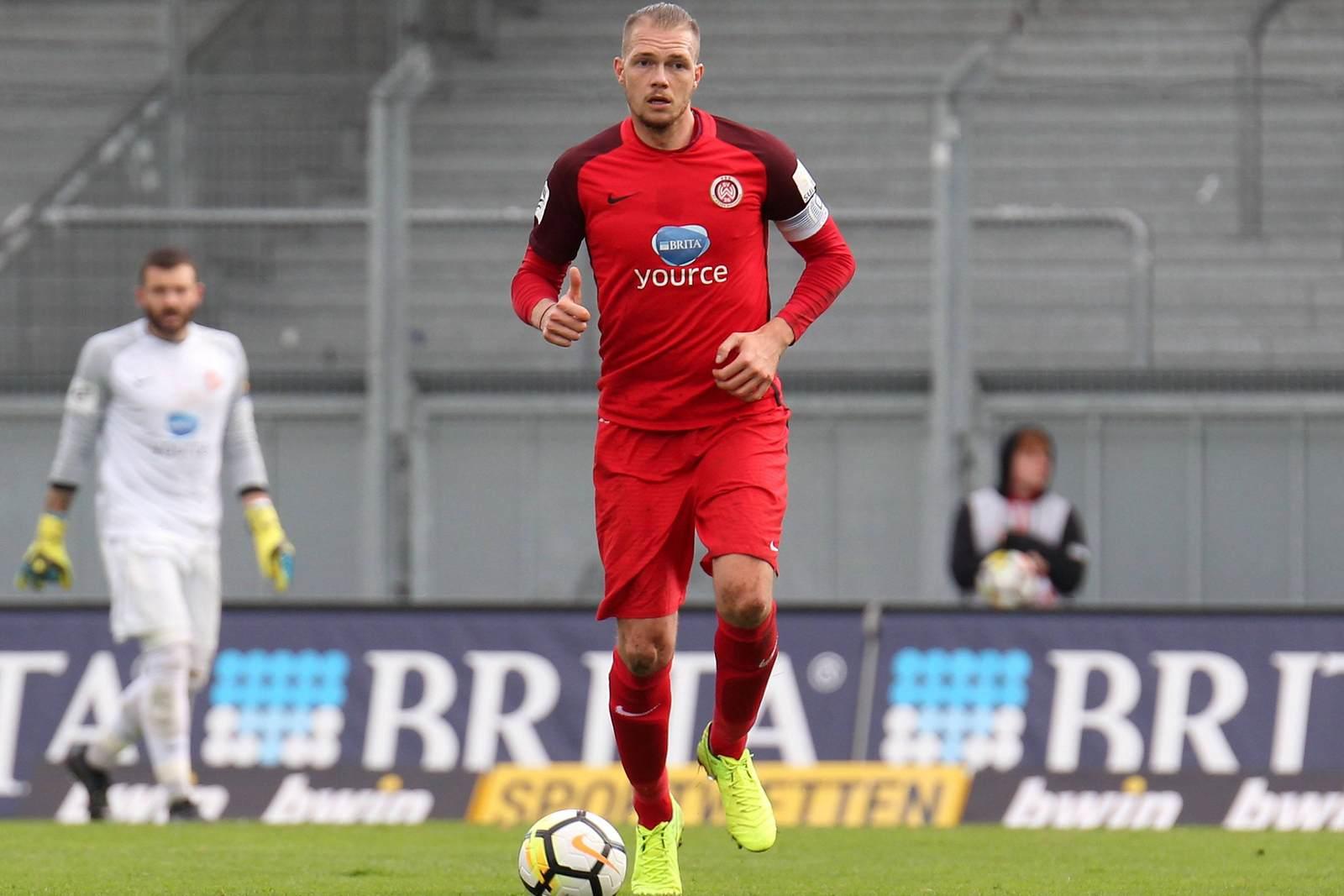 Steven Ruprecht am Ball für den SV Wehen Wiesbaden