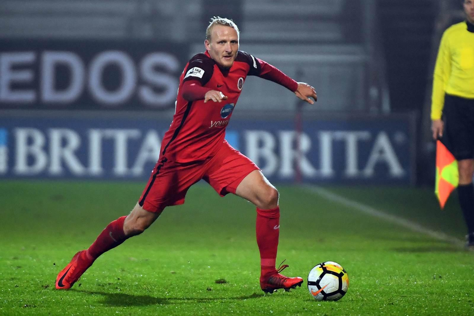 Alf Mintzel am Ball für den SV Wehen Wiesbaden