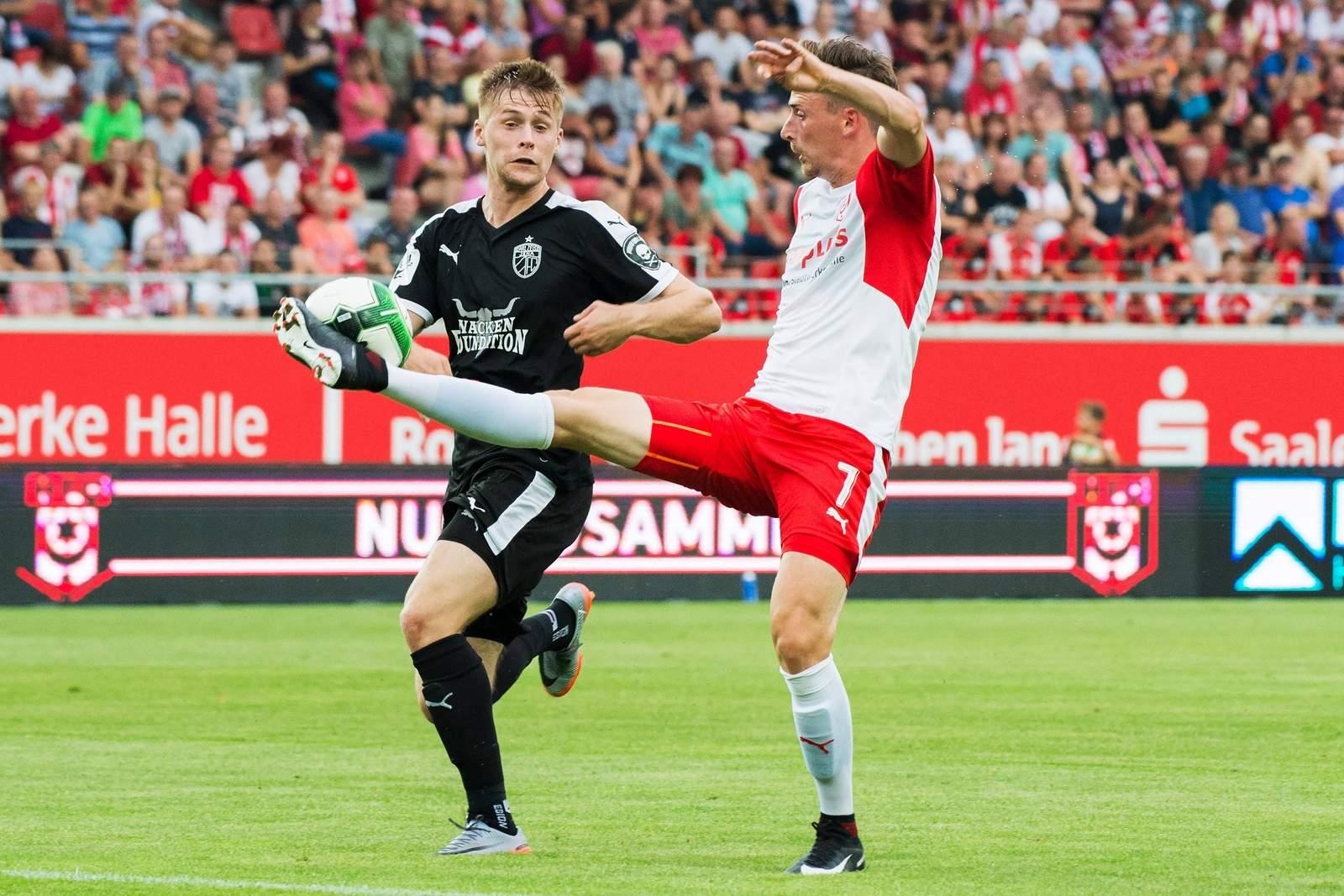 Dominik Bock und Martin Röser im Duell um den Ball