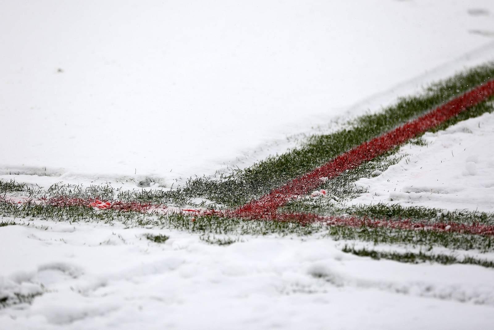 Schnee auf dem Fußballplatz.