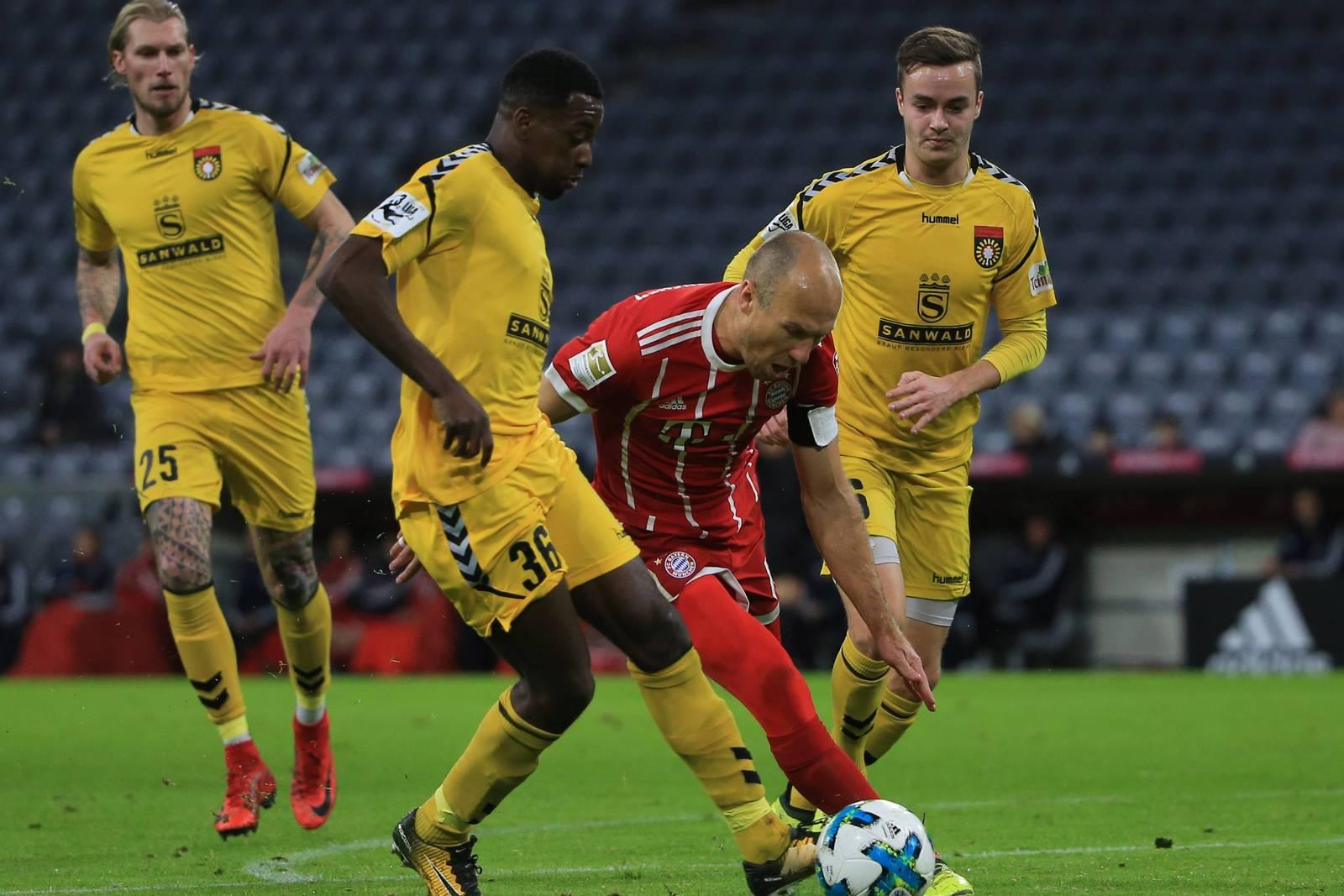 Jeff-Denis Fehr im Duell mit Arjen Robben