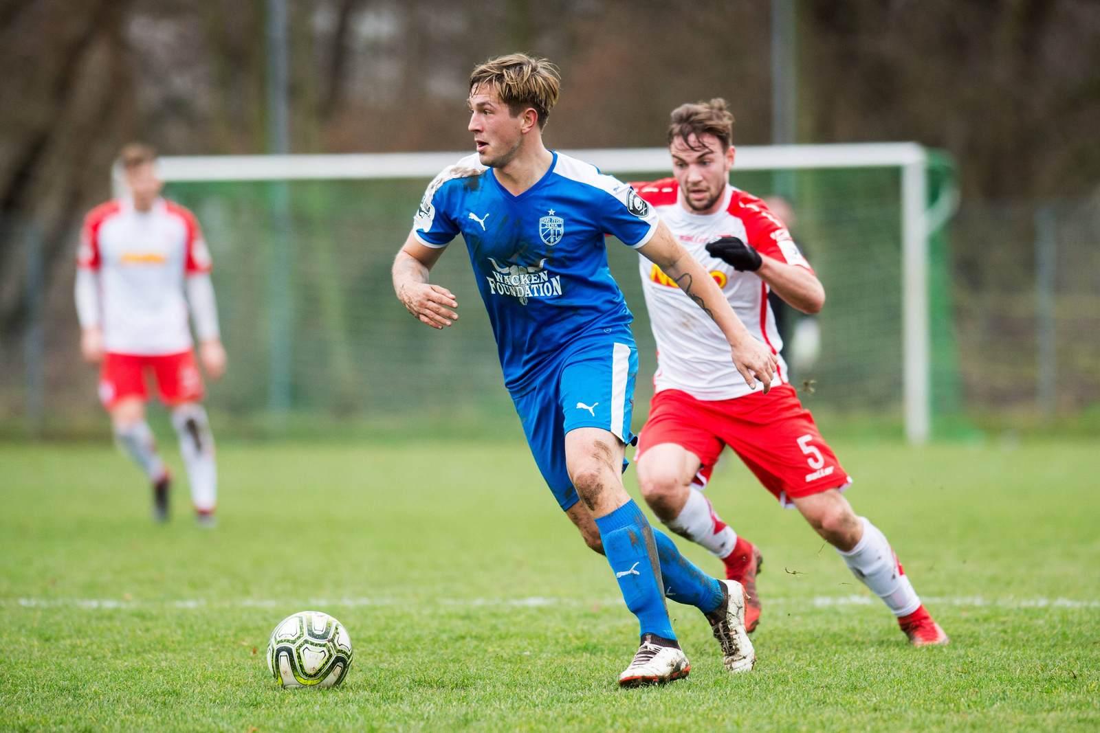 Kevin Pannewitz am Ball für Carl Zeiss Jena gegen Jahn Regensburg