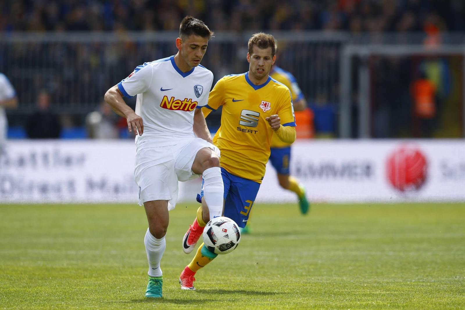Nico Rieble am Ball für den VfL Bochum, Hendrick Zuck beobachtet das Geschehen.