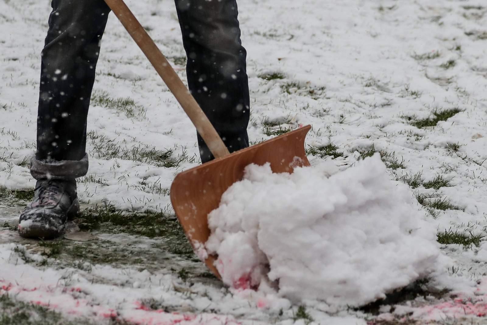 Platzwart räumt Fußballplatz von Schnee frei