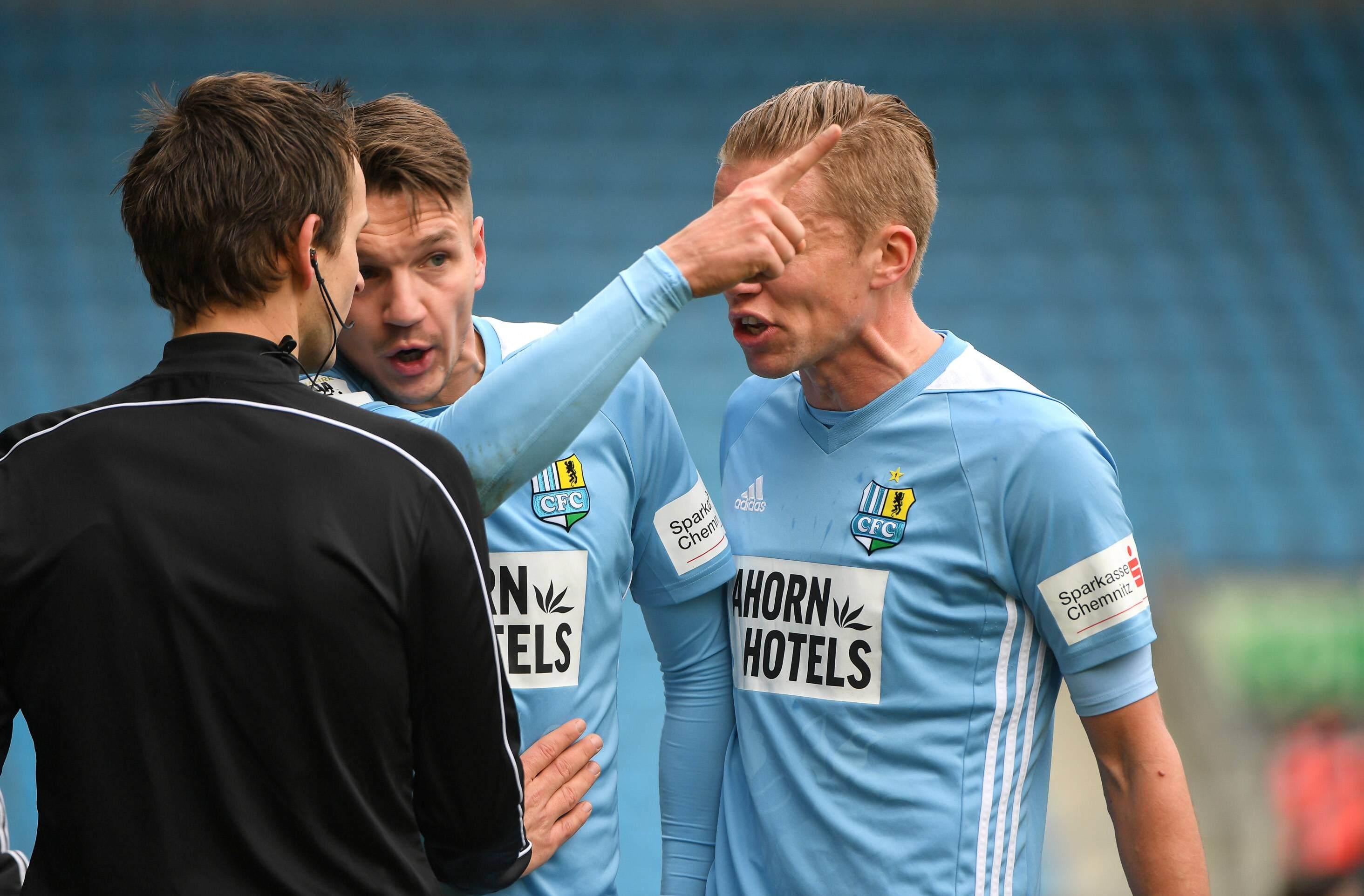 Daniel Frahn und Dennis Grote beschweren sich beim Linienrichter.