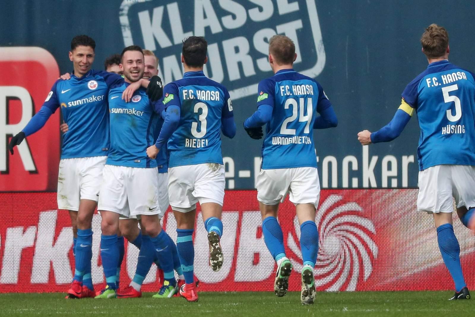 Hansa Rostock jubelt nach Tor gegen Würzburger Kickers